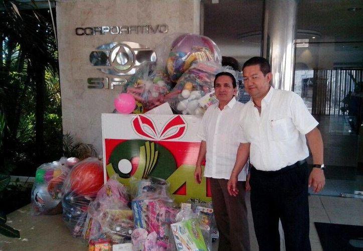 Entrega de juguetes de representantes de la Cámara Nacional de Comercio en Grupo SIPSE en el marco de la campaña 24x24 a favor de niños pobres yucatecos. (Milenio Novedades)