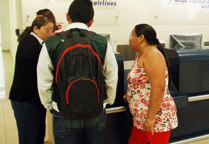 Durante el operativo Semana Santa 2016 se aumentará la vigilancia en el aeropuerto de Mérida ante incremento de pasajeros que llegan de vacaciones a Yucatán. Imagen de dos pasajeros en la terminal aérea. (Milenio Novedades)