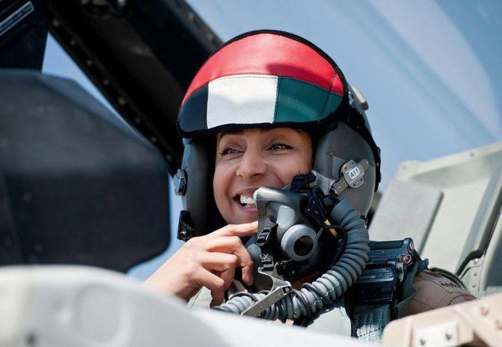 Mariam al-Mansuri, piloto de un F-16, está 'totalmente calificada' para encabezar una misión, según los Emiratos Árabes. (AP)