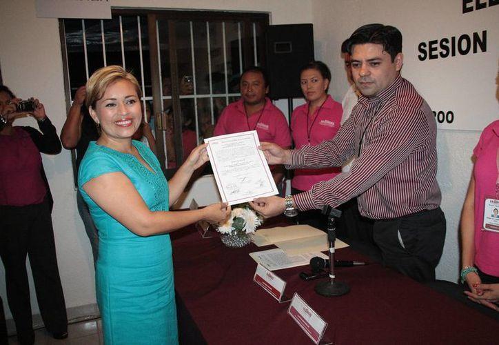 El presidente del Comité del Ieqroo entregó el documento. (Julián Miranda/SIPSE)