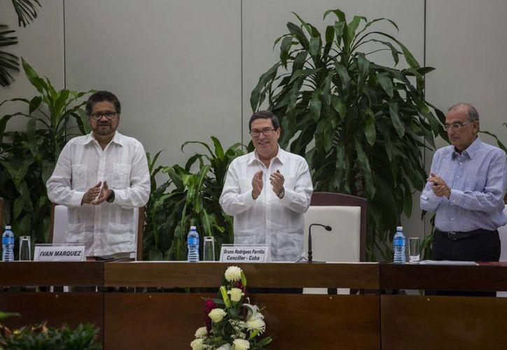 De i a d: Iván Márquez, jefe negociador de las FARC; Bruno Rodríguez, primer ministro de relaciones exteriores de Cuba, y Humberto de La Calle, jefe del equipo gubernamental colombiano de paz, durante la firma del Acuerdo Final de Paz. (AP)