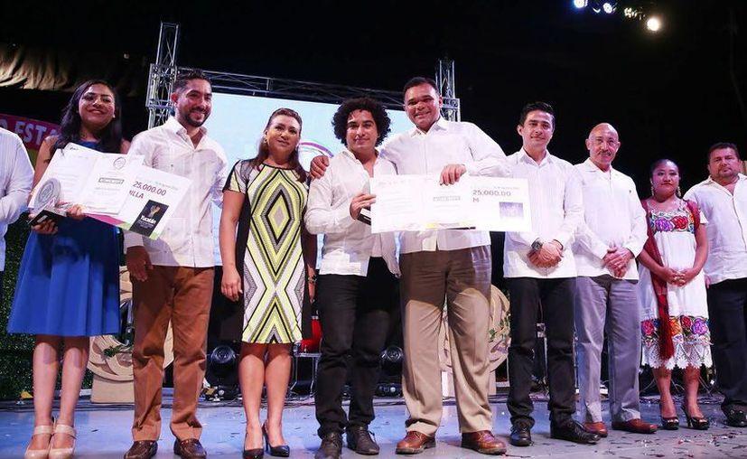El Gobernador y la presidenta del DIF Estatal estuvieron presentes en la entrega del Premio Estatal de la Juventud. (Foto cortesía del Gobierno estatal)