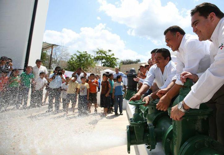 El gobernador Rolando Zapata Bello, acompañado de otros funcionarios, pone en funcionamiento equipos de agua potable en Chemax. (SIPSE)