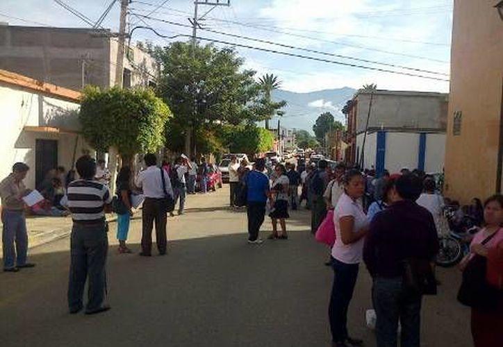 Los docentes manifestantes también colocaron barricadas con algunos vehículos y cordones en calles aledañas a los edificios tomados. (Milenio)