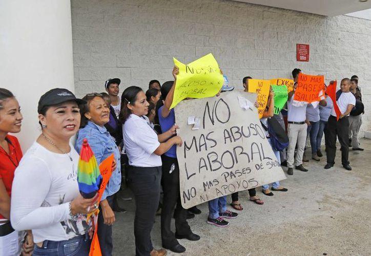 La principal petición de los manifestantes es el retiro de la política de pases de salida al interior de las tiendas en la zona. (Foto: Jesús Tijerina/SIPSE)