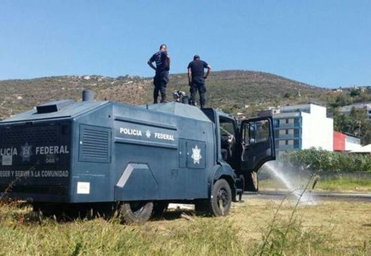 Elementos de la Policía Federal prueban las tanquetas antimotines que se mandaron a Chilpancingo (Rogelio Agustín/Milenio)