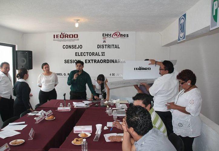 Revisaron paquetes electorales en sesión del Consejo Distrital. (Julián Miranda/SIPSE)