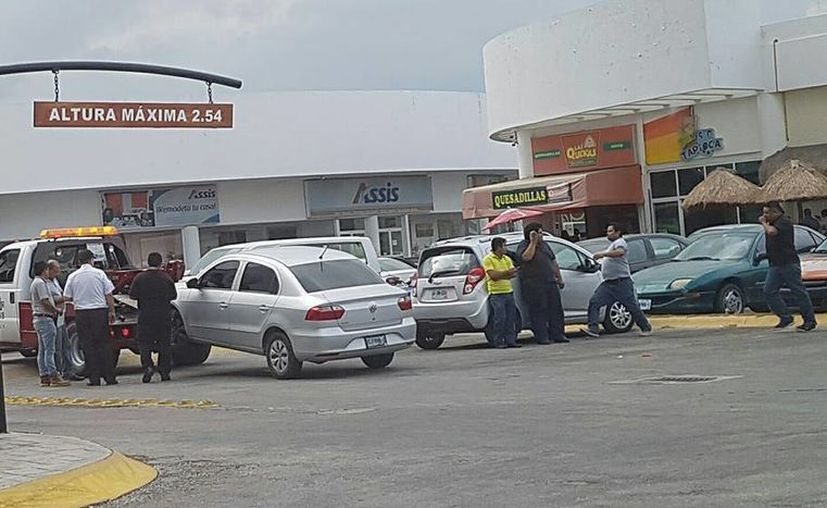 Un chofer de Uber recibió golpes mientras su unidad era retirada por una grúa, por órdenes de Sintra en Cancún. (Cortesía)
