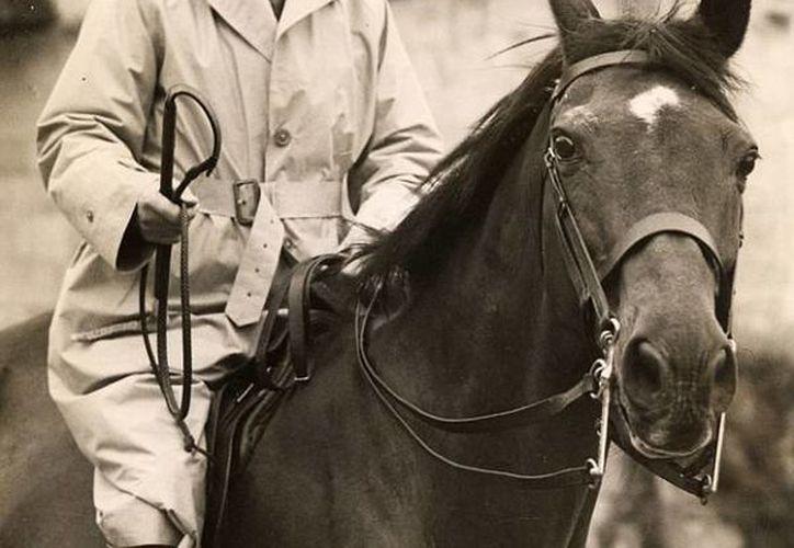 'Guerrero' vivió hasta los 33 años de edad; aquí aparece con su dueño, el general británico Jack Seely. (dailymail.co.uk)