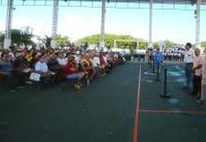 La entrega se realizó en el domo deportivo Bicentenario de la colonia La Gloria. (Cortesía/SIPSE)