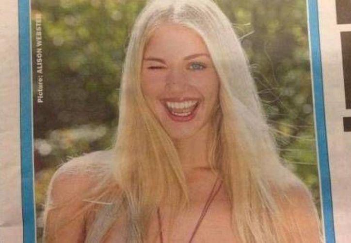 'The Sun' publicó este jueves una disculpa junto a la foto de una mujer en topless, que guiña a la cámara. (Foto: cbsnews.com)