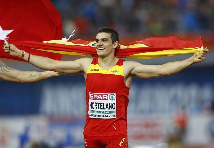 El velocista español Bruno Hortelano no llevaba el cinturón puesto en un accidente de tránsito. Pudo haber muerto, pero al final perdió una mano que le reconstruyeron. En la foto, Bruno como campeón europeo en 200 metros. (AP)