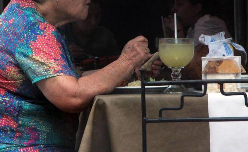 El riesgo de consumir alimentos en mal estado se incrementa durante las vacaciones. La Secretaría de Salud realizará un operativo de vigilancia. (Milenio Novedades)