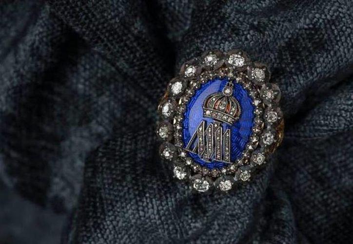 El anillo del siglo XIX está elaborado en esmalte a fuego color azul cobalto sobre guillonché, engastado a grano con diamantes y enmarcado por un doble cerco de diamantes corte antiguo. Perteneció al emperador Maximiliano I. (mortonsubastas.com)