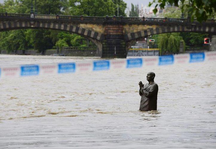 La crecida de los ríos en la República Checa supera los niveles récord de 2002. (Agencias)