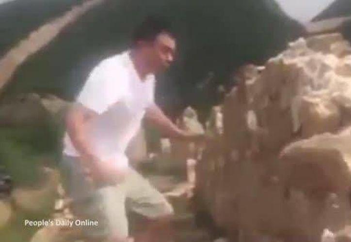 Un sujeto fue captado en video pateando y quebrando una porción de la Muralla China. Hasta ahora no ha sido detenido. (Foto tomada de yahoo.com)