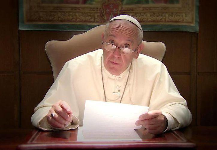 Del 12 al 18 de febrero el Papa Francisco visitará México comenzando por la capital, donde será recibido en el Palacio Nacional. Imagen del Pontífice en su oficina papal en el Vaticano. (Notimex)