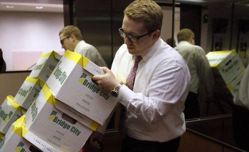 Abogado Peter Janci mueve cajas llenas de expedientes de los Boy Scouts de América en Portland, Oregon. (Archivo AP)
