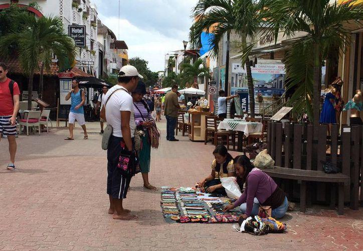 Los empresarios pidieron al Ayuntamiento que se retire a las 'Adelitas' y demás comerciantes ambulantes de la Quinta Avenida. (Adrián Barreto/SIPSE)