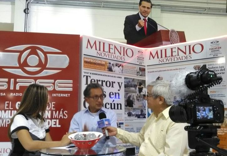 El periodista y crítico de arte, Javier Aranda Luna, estuvo presente en el stand de Grupo SIPSE. (D. Sandoval/ Milenio Novedades)