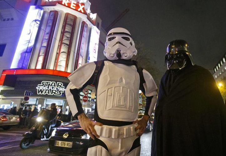 Miles de personas se dieron cita a las funciones de preestreno del episodio número VII de la saga  'Star Wars', rompiendo diferentes marcas en EU. En la imagen; fansa disfrazadas de los personajes de la saga.(Notimex)