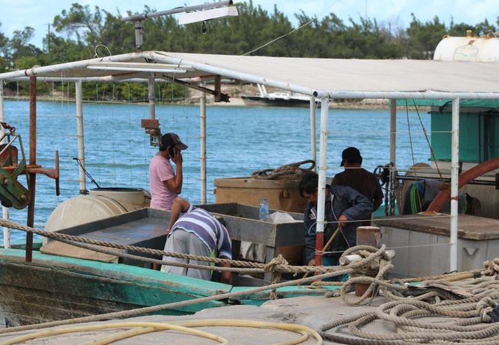Los pescadores se han quedado varados en estos días debido a las condiciones climatológicas. (Gerardo Keb/SIPSE)
