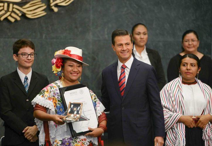 Irma Yolanda Pomol Cahum fue galardonada con el Premio Nacional de la Juventud en el área de Fortalecimiento a la Cultura Indígena. (Presidencia)