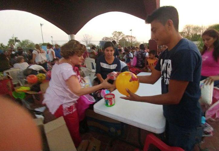 Decenas de niños llegaron al parque de La Arbolada para recibir un regalito. (José Acosta/ Milenio Novedades)