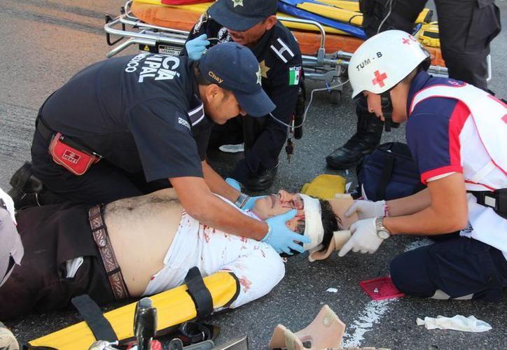 Los paramédicos auxiliaron a todos los empleados, quienes en su mayoría resultaron con golpes leves. (SIPSE)
