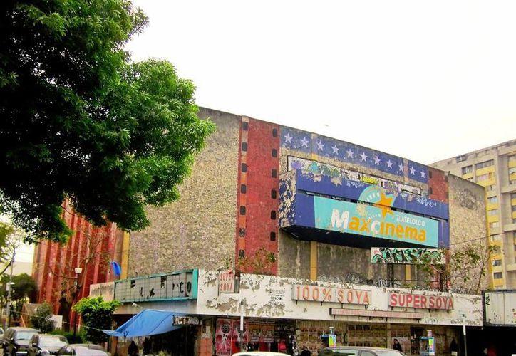 Así luce actualmente el cine Tlatelolco que dejó de funcionar hace 17 años. (Internet)