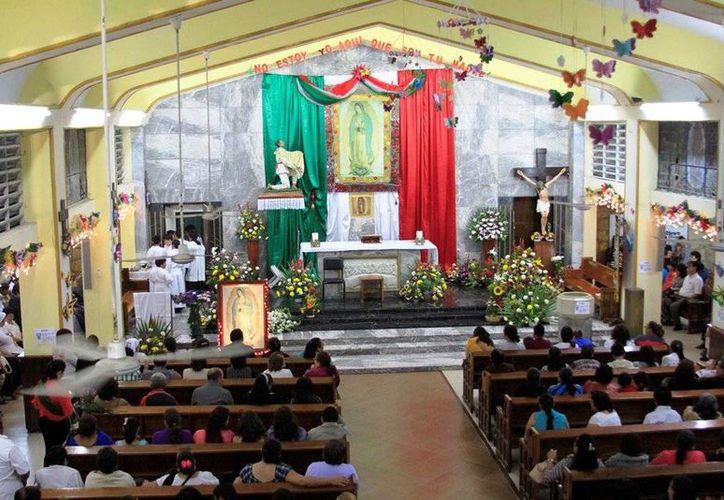 """Los antorchistas llegaron hasta la iglesia de """"Nuestra Señora de Guadalupe"""". (Edgardo Rodríguez/SIPSE)"""