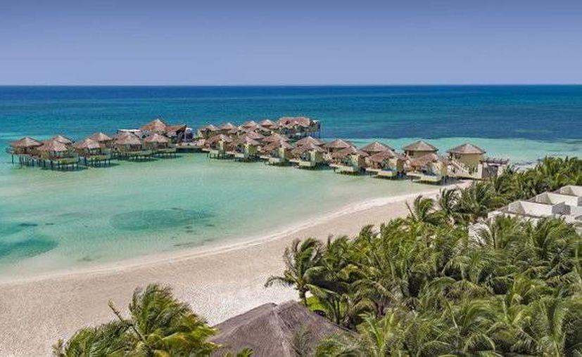 El resort también tiene un spa sobre el agua y un restaurante. (Karisma Hotels)
