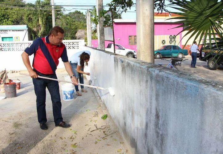 Pintan paredes, techos y la limpieza en general de los edificios del Palacio Municipal. (Raúl Balam/SIPSE)