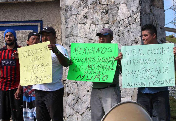 La protesta se realizó cerca de la entrada a Calica. (Octavio Martínez/SIPSE)