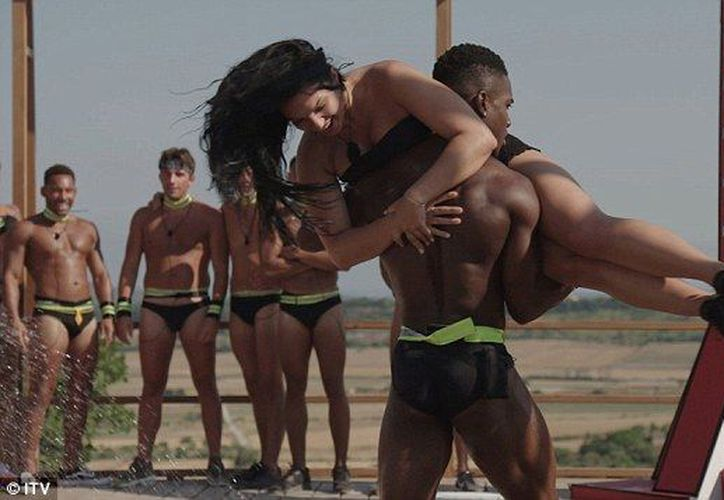 Las imágenes sexistas desaniman a las mujeres a integrarse como bomberos. (DailyMail)