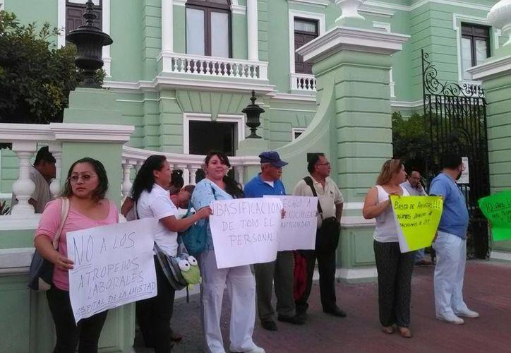 Empleados del Hospital de la Amistad en demanda de contratos de base y prestaciones de seguridad social. (José Salazar/Milenio Novedades)