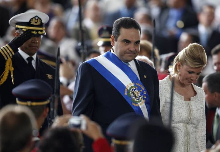 El exmandatario Tony Saca, quien fue presidente de El Salvador entre 2004 y 2009, junto su esposa en un evento público. (Archivo/ AP )