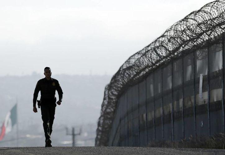 Imagen de contexto, del 22 de junio de 2016, de un agente de la Patrulla Fronteriza cerca de la valla que divide a Tijuana, México, de San Diego, California, EU. (Foto: AP/Gregory Bull)