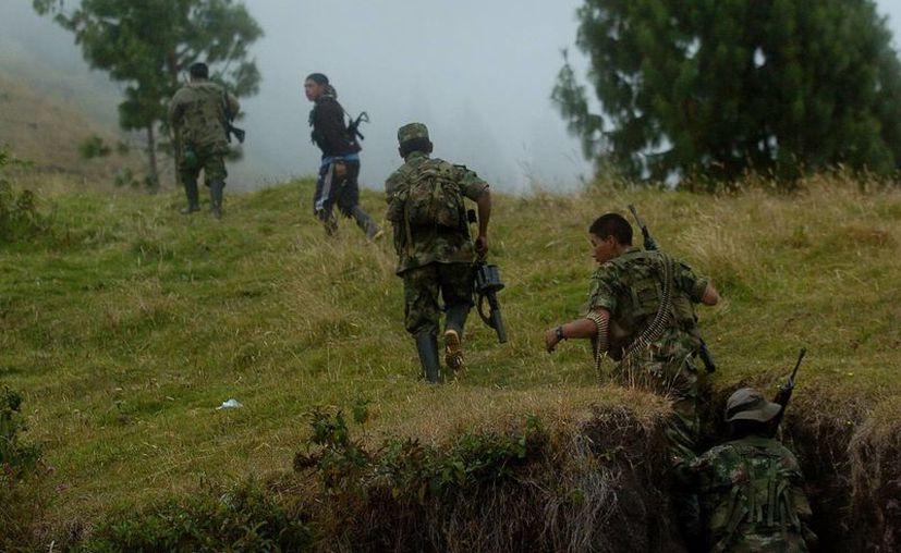 Varios guerrilleros se dirigen a un refugio tras un un enfrentamiento con el Ejército en Jambaló. (EFE)