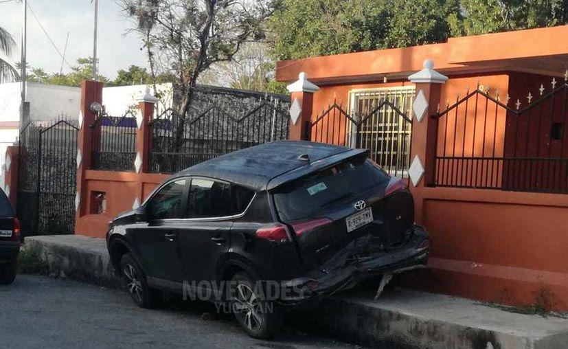 Así quedó la camioneta RAV que fue proyectada contra un predio.