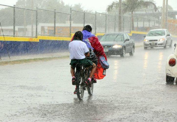 Los chubascos de este martes al mediodía provocaron inundaciones en varias zonas de Mérida. (José Acosta/ Milenio Novedades)