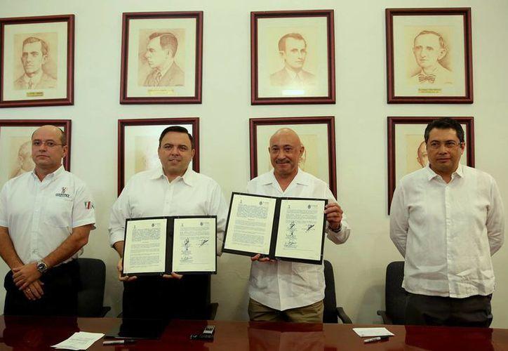 El secretario de Gobierno, Roberto Rodríguez Asaf, y el rector de la Uady, José de Jesús Williams, en la firma de un convenio alusivo al programa Escudo Yucatán. (Foto cortesía)