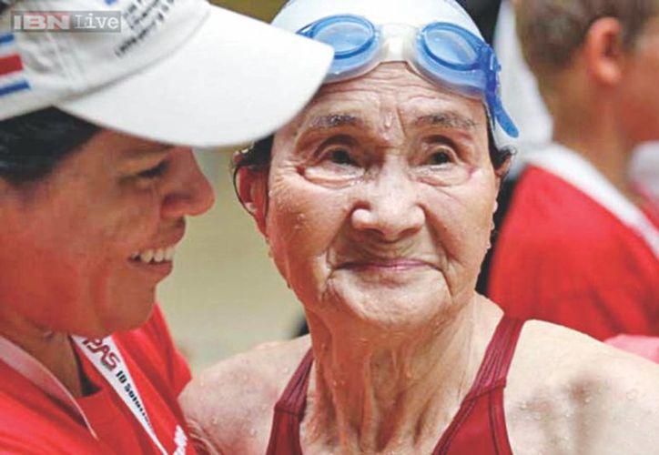 La japonesa Mieko Nagaoka recorrió 1,500 metros a nado en 1 hora 15 minutos y 54 segundos, con lo que impuso un récord mundial. (thedailystar.net)