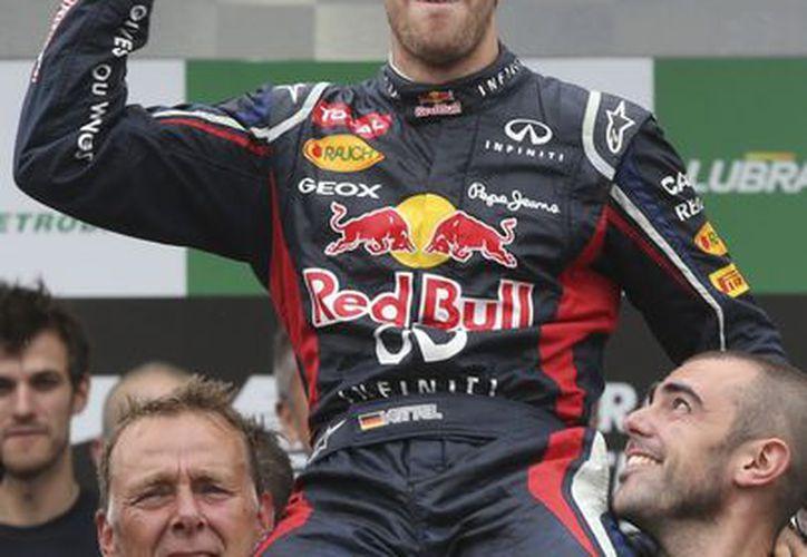 Vettel es tricampeón de la máxima categoría y apenas el tercer piloto en ligar tres títulos después de Juan Manuel Fangio y Michael Schumacher. (Agencias)