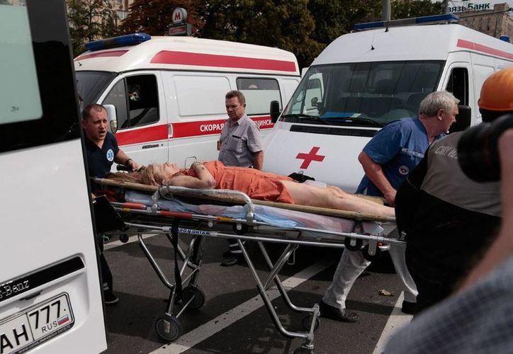 El descarrilamiento del tren del Metro de Moscú, en el que fallecieron al menos 20 personas, sobrevino cuando se activó una señal de alarma que provocó un alto automático de la máquina. (AP)