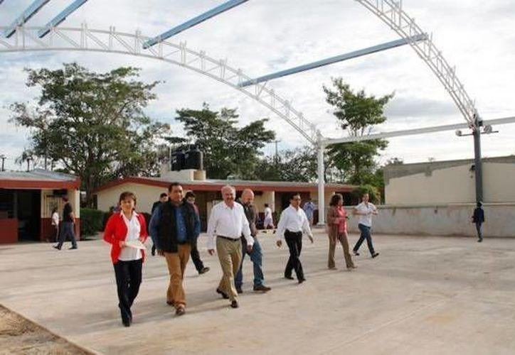 Víctor Caballero, secretario de Educación, durante un recorrido en la primaria 'Jesús Manuel Ibarra Peiro' de la colonia Nuevo Yucatán, donde se realizarán diversas obras de construcción. (twitter.com/ViCaballeroD)
