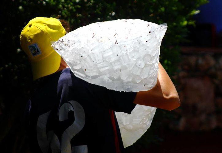 El fuerte calor propicia el incremento en el consumo de hielo en Yucatán. (Juan Albornoz/SIPSE)