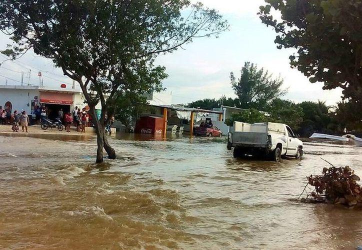Imagen de una de las diversas calles que este lunes amaneció inundada debido a los efectos de la Súper Luna. (SIPSE)