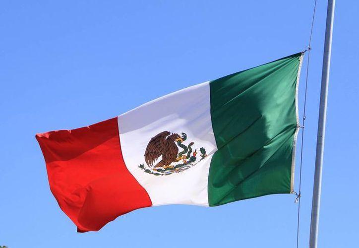 Autoridades militares, cada año, entregan nuevas banderas a las escuelas que ya las tienen en mal estado. (José Acosta/SIPSE)