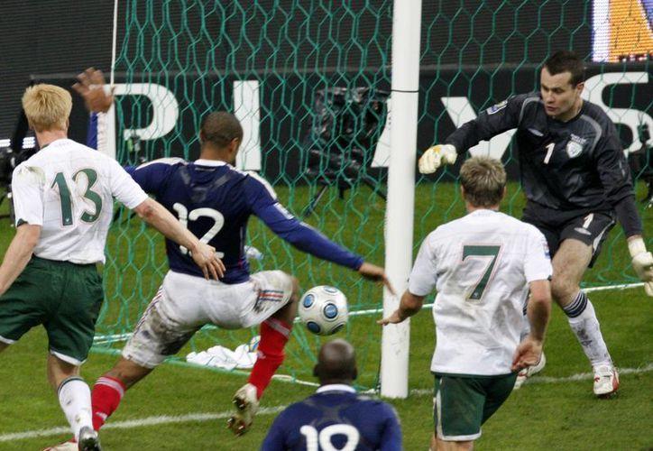 Esta es la jugada en la que el delantero francés Thierry Henry se ayuda con una mano para dar un pase que terminó en gol y dio a Francia el triunfo sobre Irlanda y el pase por la vía del repechaje al Mundial de 2010. Este jueves la FIFA reveló que pagó 5 mdd a Irlanda como compensación. (Foto: AP)